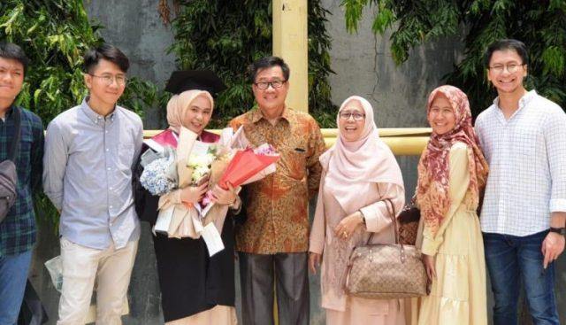 Hazrina Syahdan usai wisuda S1 Indonesia Banking School, Nopember 1991.